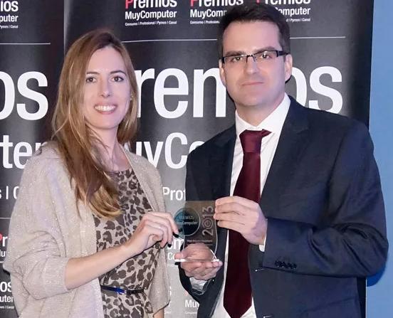 Mario Aguilar, director de marketing de Microsoft Dynamics, recoje el premio de manos de Elisabeth Rojas, directora de MuyComputerPRO.