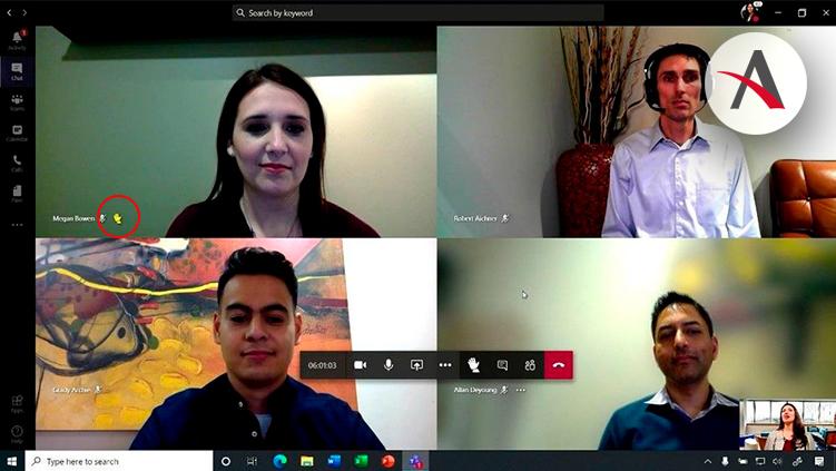 Cuatro usuarios de Microsoft Teams en una reunión